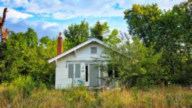 abandoned-home-daniel-tuttle-6M5mUG3LFHk-unsplash-1300w-867h